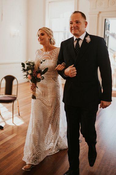 走他的女儿的新娘的父亲在微笑的过道