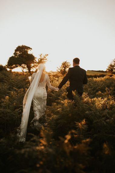 新娘穿着大教堂长面纱的婚纱