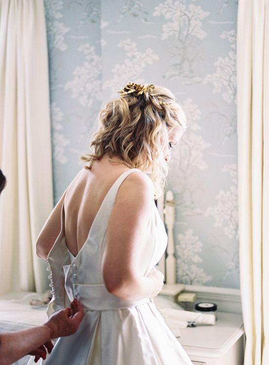 Getting Ready   Bride in Sassi Holford Gown   Classic Wedding at Trafalgar Tavern, Greenwich, London   Ann-Kathrin Koch Photography