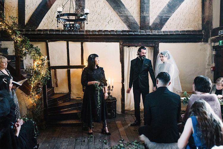 Gothic wedding ceremony with foliage details and the sounds of Gaelic Uillean pipes