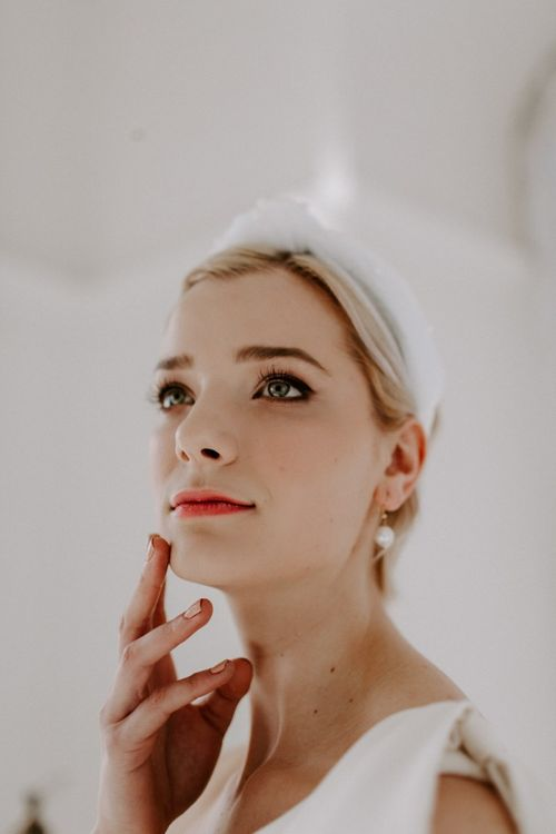 Modern bride with flawless bridal make up and turns headband