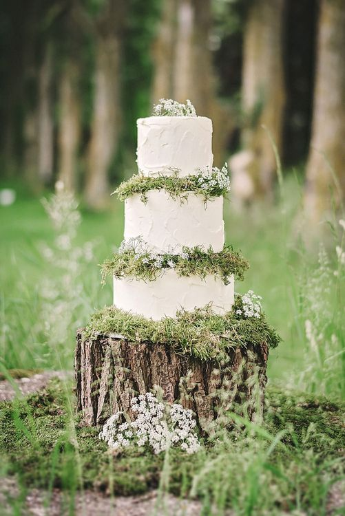 Wedding Cake on Tree Stump Cake Stand | Spring Wedding Colours for 2019 | Pure & Simple White & Green Spring Wedding Inspiration by Forever Blossom | Matthew Bishop Photography