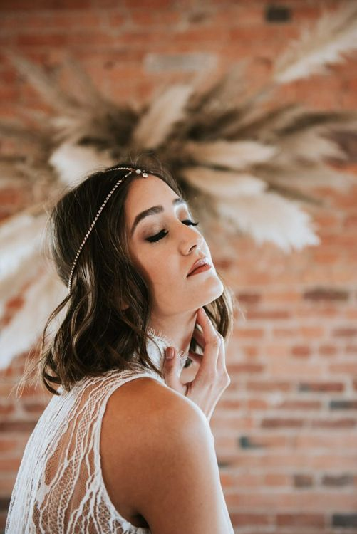 Bride with natural makeup up and shoulder length hair