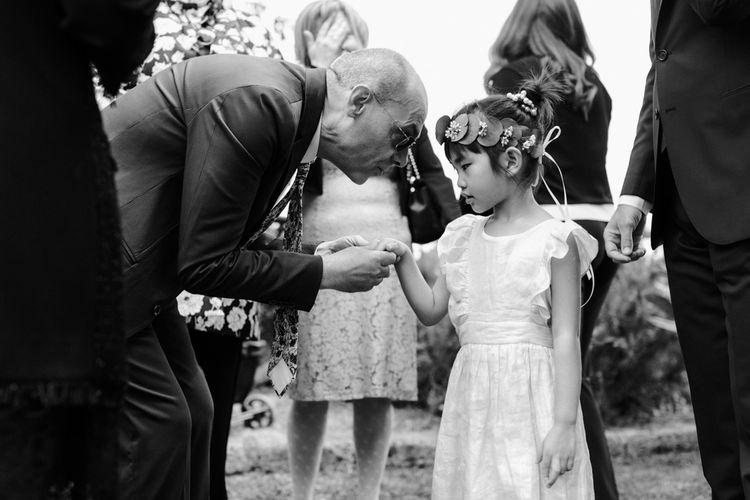 小女孩的手和婚礼
