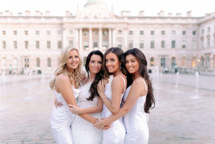 在佩里·佩里的婚礼上,穿着婚纱和新娘的照片