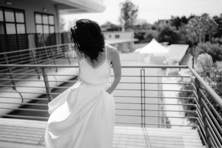 在阳台上,婚礼上的新娘