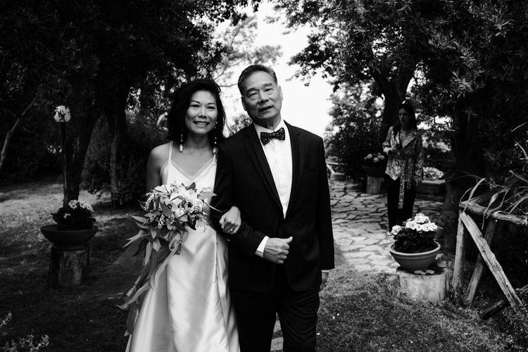 新娘的女儿把他女儿的新娘带到了