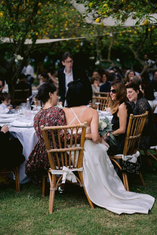在她和她的晚宴上和汤姆一起吃饭