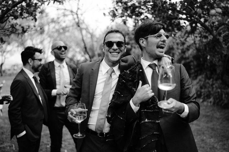 和婚礼客人一起