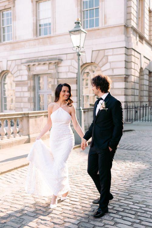 在婚礼上,婚礼上的新娘和玛丽·皮布在一起